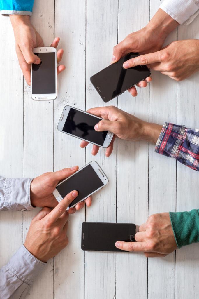 Gruppo di persone con telefono per creare una rete di contatti